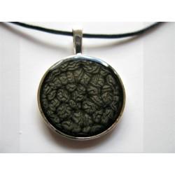 Collier avec beau pendentif rond de 27 mm de diamètre prisme