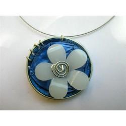 Collier cable fin capsule bleue et fleur blanche