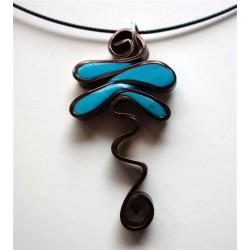 Collier pendentif libellule turquoise cerné fil alu plat marron