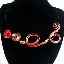 Collier rouge et marron