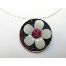 Collier cable fin capsule violette et fleur blanche