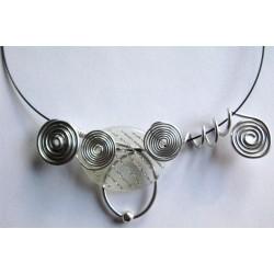 Collier argenté avec perle résine filets argentés handmade