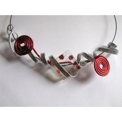 Collier résine avec inclusion brillants rouge et fil alu plat