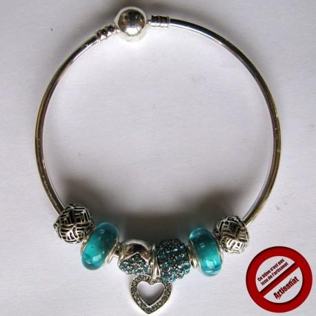 Bracelet rigide avec breloque et perles bleues (Attention produit non artisanal)