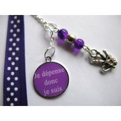 """Bijou de sac """"citation"""" : Je dépense donc je suis (violet)"""