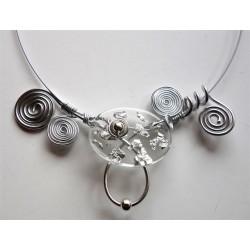 Collier argenté avec perle résine feuilles d'argent handmade