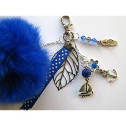 Bijou de sac pompon bleu
