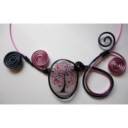 Collier arbre coeur en résine et volutes en fil alu rose et noir