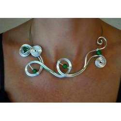 Collier argenté et perles émeraude en verre craquelé
