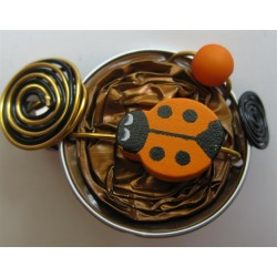 Barrette coccinelle orange sur capsule marron